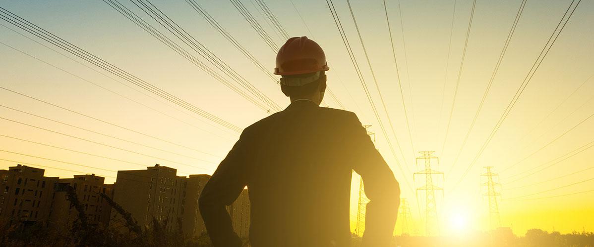 Ingénieur-électricen-à-la-recherche-du-coucher-du-soleil_1198x500