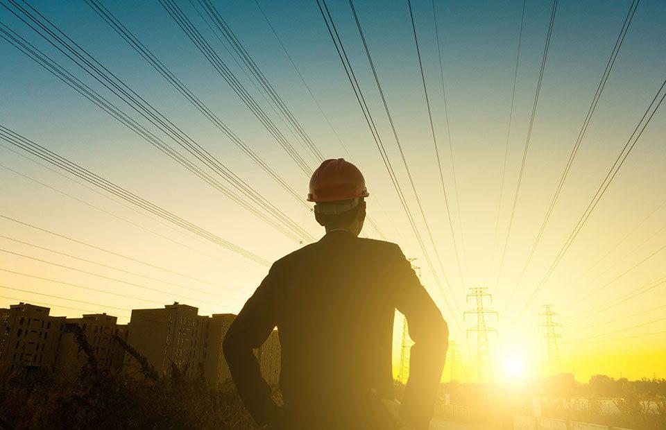 Ingénieur-électricen-à-la-recherche-du-coucher-du-soleil_960x620