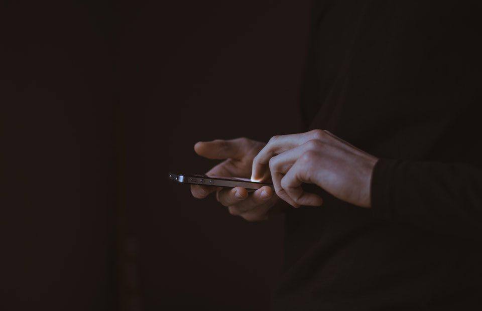 votre-smartphone-vous-sert-linformation-utile-sur-un-plateau_920x620