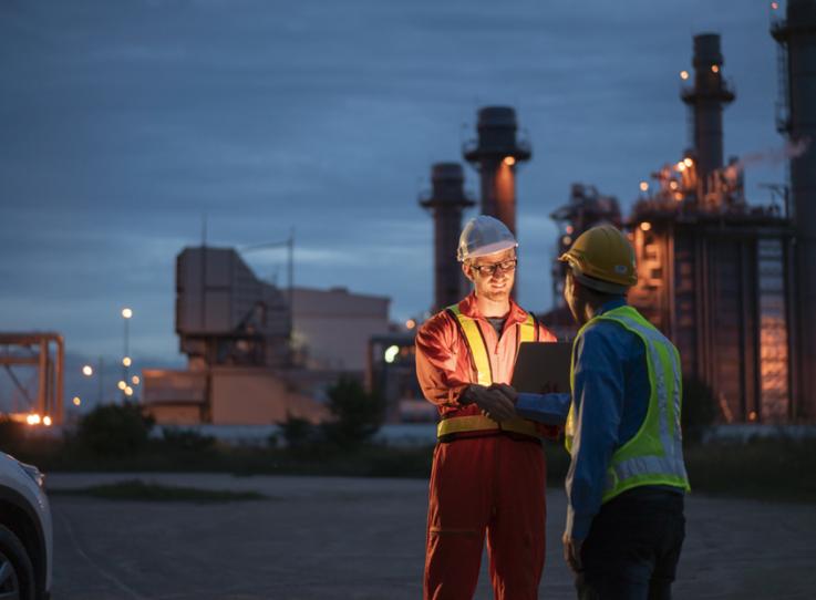 Des ouvriers discutent dans une zone industrielle